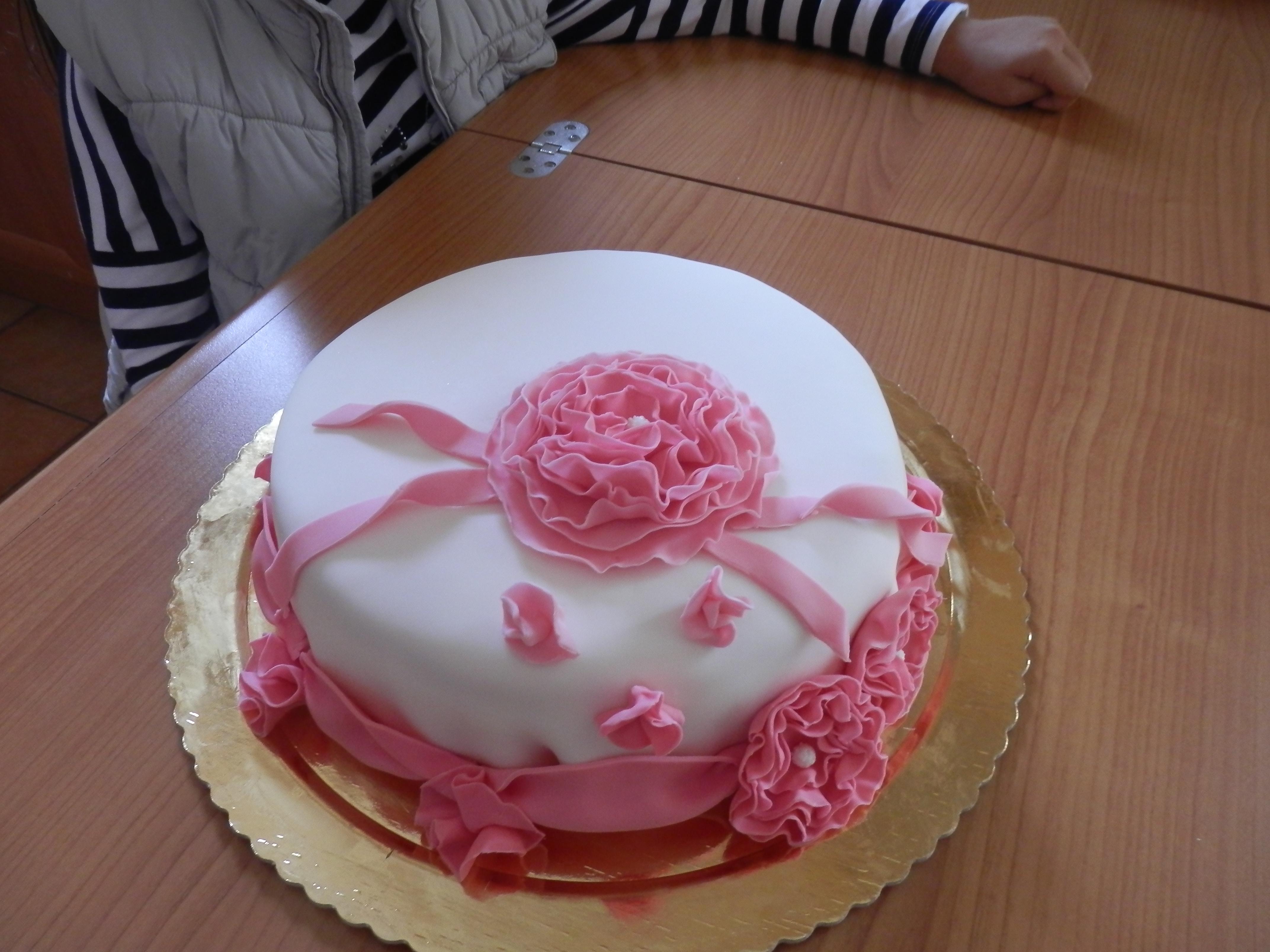 Torta rosa con crema chantilly alle mandorle le due cucine for Piccoli piani colonica con foto